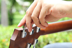Tuning the guitar strings Royalty Free Stock Images