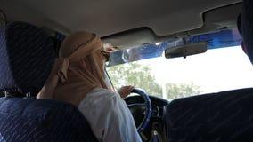 Tunis, Tunesien - 9. Juni 2018: arabischer Mann, der suv Auto auf Stadtstraße fährt Moslemischer Mann im keffiyeh, das auf weg vo stock footage