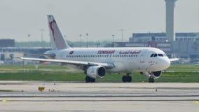 Tunisair surfacent le roulement sur le sol dans l'aéroport de Francfort, FRA clips vidéos