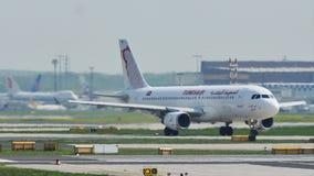 Tunisair surfacent le roulement sur le sol dans l'aéroport de Francfort, FRA banque de vidéos