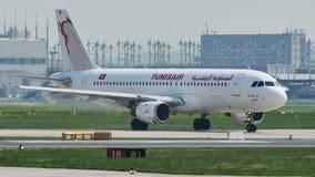 Tunisair-vliegtuig die in de Luchthaven van Frankfurt, FRA taxi?en