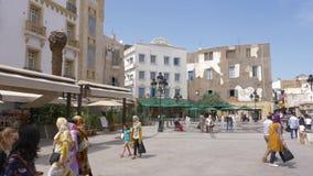 Tunisi, Tunisia - 6 giugno 2018: EL Medina del caffè sul quadrato e sulla fontana di città Gente araba che cammina e che riposa s video d archivio