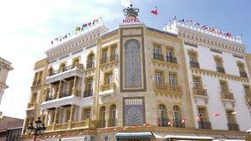 Tunisi, Tunisia - 6 giugno 2018: Hotel turistico Roayl Victoria della facciata nella città di Tunisi Bandiere dei paesi different stock footage