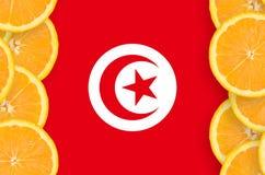 Tunisien flagga i vertikal ram för citrusfruktskivor royaltyfri bild