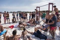 TUNISIEN: grupp av ungdomarpå stranden som gör kondition Royaltyfri Bild