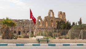 Tunisisk den tunisiska flaggan för flagga och för arkeologisk thThe och arkeologisk teater i El Jemeater i El Jem, Tunisien fotografering för bildbyråer