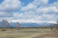Tunkinskayavallei in de lente bij de voet Sayan-Bergen, Buryatia Royalty-vrije Stock Fotografie