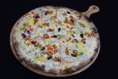 Tunn inrotad italiensk pizza med ost och grönsaker royaltyfri bild