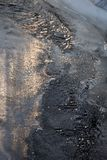 Tunn is på en liten flod Lettland Europa arkivfoton