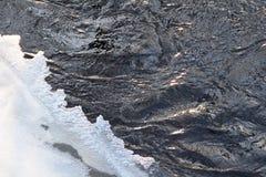 Tunn is på en liten flod Lettland Europa arkivbild