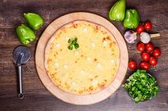 Tunn pizza med ost Fyra typer av ost Arkivbilder