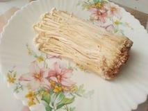 Tunna champinjoner av vit färg/japan plocka svamp på en platta/, fotografering för bildbyråer