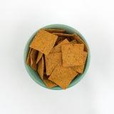 Tunna gourmet- mellanmålsmällare i en grön bunke Royaltyfria Bilder