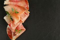 Tunna skivor för Parma skinka Arkivfoton