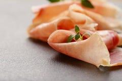 Tunna skivor för Parma skinka Arkivfoto