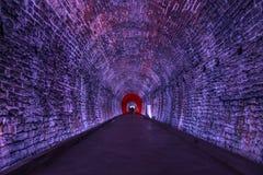 Tunnel antico di Rarilway acceso nella porpora, Brockville, Ontario, fotografia stock