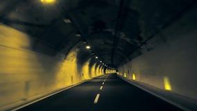 Tunnel-Antrieb im dunklen Tunnel stock footage