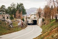 Tunnel auf der Straße Zwei-Schichtbeschichtung Ununterbrochener Weg auf dem ro Lizenzfreie Stockbilder