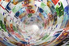 Tunnel av eurosedlar in mot ljus pengar Arkivbilder
