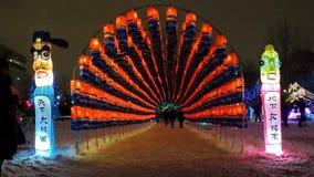 Tunnel av 27.000 som är orange och blåa lyktor på den södra Korea's Jinju Namgang Yudeung festivalen Arkivbild