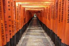 Tunnel av toriiportar på den Fushimi Inari relikskrin i Kyoto Arkivfoto