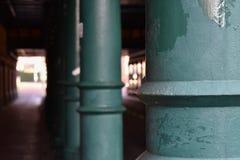 Tunnel avec les piliers verts images libres de droits