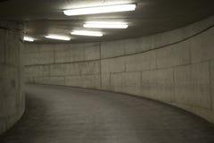 Tunnel beleuchtet (Parkhaus) Stockfoto