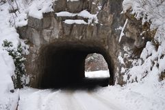 Tunnel in berg in sneeuw wordt behandeld die stock afbeelding