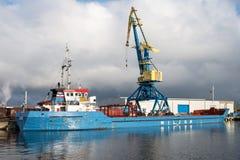 TUNNEL-BOHRWAGEN Schiff der gemischten Ladung im Hafen von Wismar lizenzfreie stockfotos