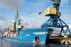 TUNNEL-BOHRWAGEN Schiff der gemischten Ladung im Hafen von Wismar stockfoto