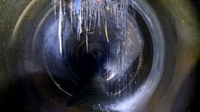 Tunnel concret rond d'?gout souterrain d'obscurit? Conduit d'?gout d?bordant de jet d'eaux us?es industrielles et d'eaux d'?gout  banque de vidéos
