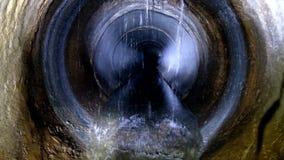 Tunnel concret rond d'?gout souterrain d'obscurit? Conduit d'?gout d?bordant de jet d'eaux us?es industrielles et d'eaux d'?gout  clips vidéos