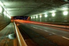 Tunnel d'omnibus dans la nuit Image stock