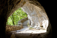 Tunnel dans des lacs Plitvice - Croatie. Photo stock