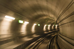 Tunnel de métro, mouvement brouillé Photo stock