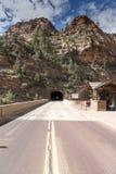 Tunnel de montagne sur Zion Mount Carmel Highway images libres de droits