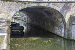 Tunnel de pont dans le village de l'édam netherlands photographie stock libre de droits