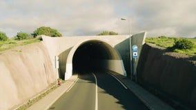 Tunnel de route de vue aérienne banque de vidéos
