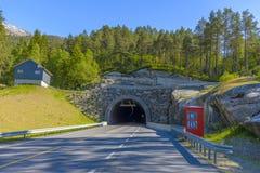 Tunnel de route en montagnes norvégiennes Photographie stock libre de droits