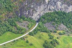 Tunnel de route en montagnes norvégiennes près de ville de Flam Photos libres de droits