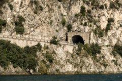 Tunnel de route par la montagne Photos stock