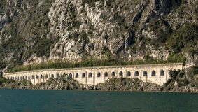 Tunnel de route par la montagne images stock