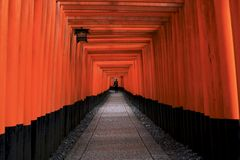 Tunnel de scrutins rouges chez Fushimi Inari, Kyoto, Japon Photographie stock
