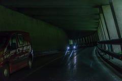 Tunnel de voiture dans les Alpes avec le trafic approchant, Autriche photo libre de droits