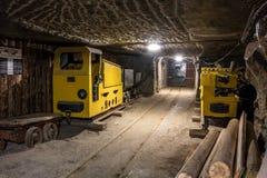 Tunnel della miniera in sotterraneo con attrezzatura mineraria Fotografia Stock Libera da Diritti