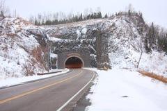 Tunnel della strada principale di inverno fotografie stock libere da diritti