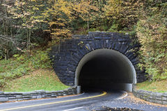 Tunnel in den rauchigen Bergen Stockfotografie