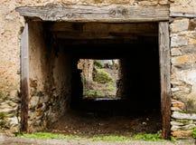 Tunnel dentro una casa di pietra, cavità in una casa fotografia stock libera da diritti