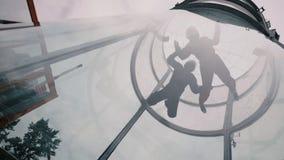 Tunnel der Skydiverstandemfliege in Windrichtung Extremes Fallschirmspringen stockfotografie
