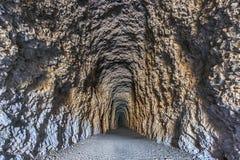 Tunnel, der zu die Dunkelheit führt Lizenzfreies Stockbild